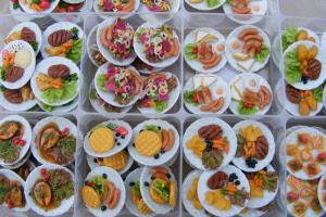 Food On A Large Ceramic PlateTumdee Dolls House Miniatures